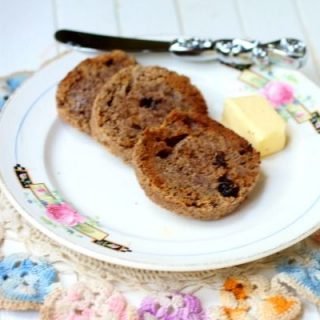 Easy low carb cinnamon bread recipe has a sprinkle of raisins but is still just 4.3 net carbs! Atkins friendly low carb breakfast. From Lowcarb-ology.com